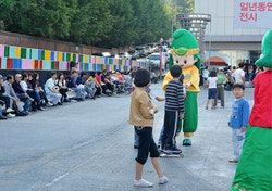 A mascot talking to children for Gwangju street marketing actions
