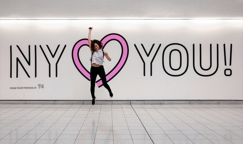 "Poster saying ""New York loves you"" in Jfk Terminal 4"