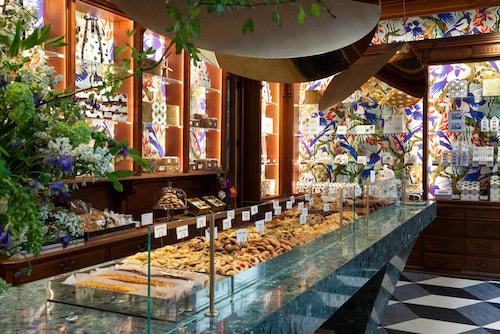 Maison Dandoy decorated storefront