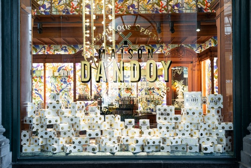 Designed window and products diplayed at Maison Dandoy store