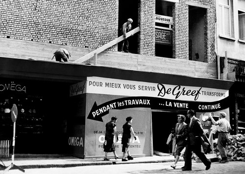 Old black and white picture of Maison De Greef's building facade