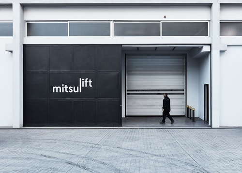 Simulation of the Mitsulift logo on a garage door